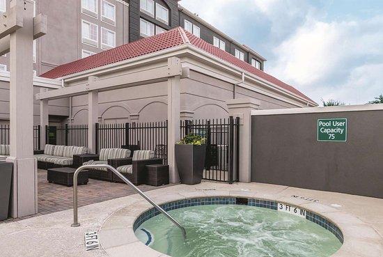 La Quinta Inn & Suites by Wyndham Arlington North 6 Flags Dr: Pool