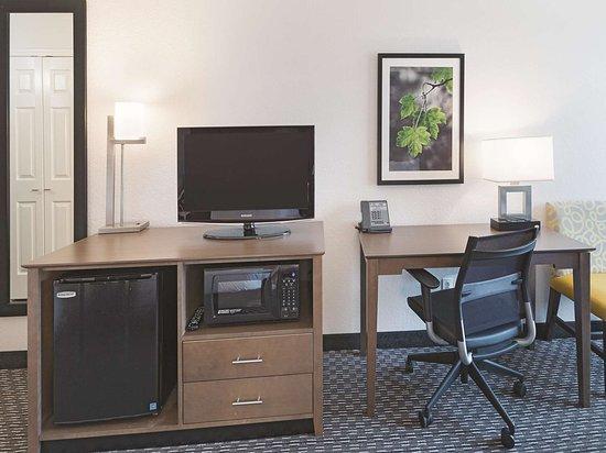 La Quinta Inn & Suites by Wyndham Arlington North 6 Flags Dr: Guest room