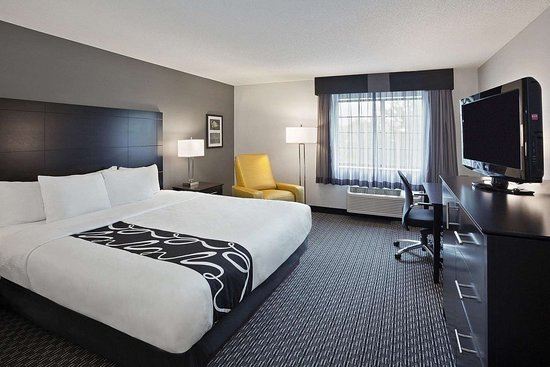 La Quinta Inn & Suites by Wyndham Cleveland Macedonia: Guest room
