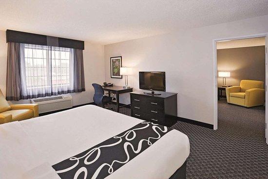 La Quinta Inn & Suites by Wyndham Cleveland Macedonia: Suite