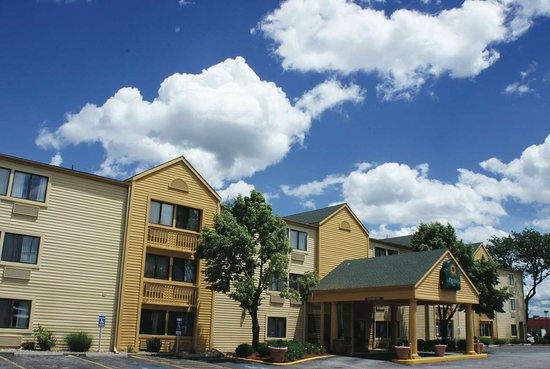 La Quinta Inn by Wyndham Kansas City North: Exterior