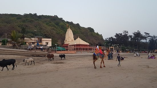 Ganapatipule Beach: Famous Ganesha Temple from beach