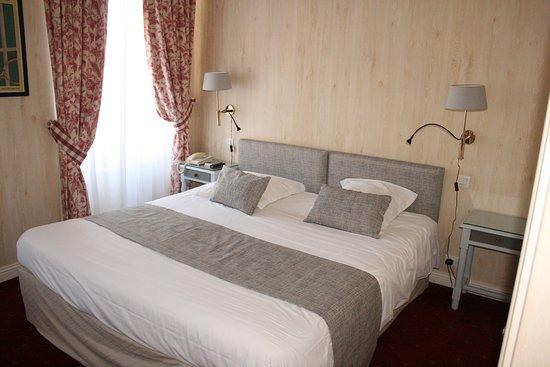 Hotel Le d'Avaugour: Chambre avec lit  Kingsize  deux fenêtres , coté Place DUGUESCLIN, avec salle de bain complète (baignoire et cabine de douche séparée)