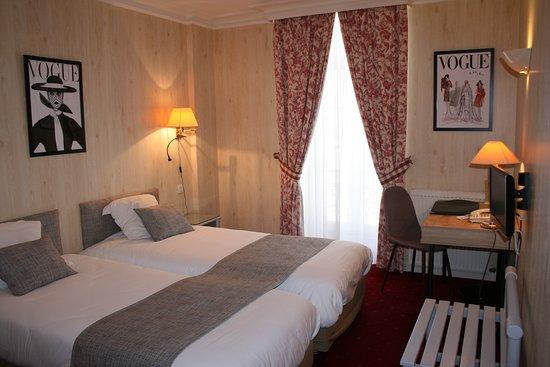 Hotel Le d'Avaugour: Chambre a deux lits avec salle de bain complète