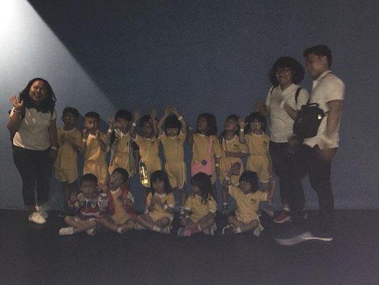 foto bersama dengan teman-teman dan guru di sekolah
