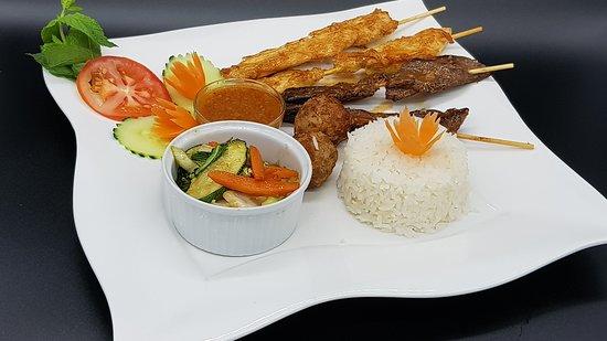 assortiment brochettes et boulettes thaïes