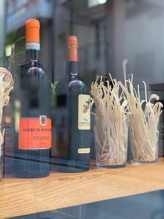 Ven a disfrutar de una deliciosa pasta fresca y de un buen vino italiano en nuestro local