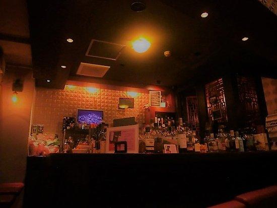 Whisky Pub Distill: ウイスキーがメインのショットバーです。 種類は少ないですが、ビール・カクテル・焼酎・ワイン・ラム・ブランデー、ノンアルコールも。 食事は持ち込み🉑・出前🉑です。