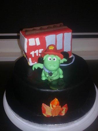 """Torta di compleanno in pasta di zucchero in tema """"Grisù il pompiere"""""""