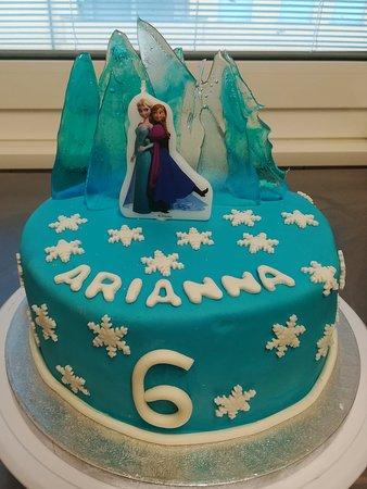 "Torta in pasta di zucchero tema ""Frozen"""