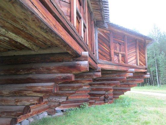 "Small Korela Wooden Architecture and Folk Art Museum: Знаменитые ступенчатые ""фундаменты""  церквей."