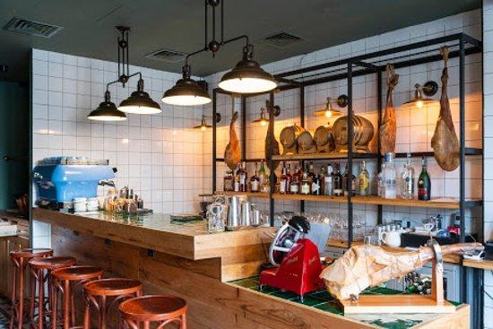 Lagaza Wine Bar: Cozy sitting with a tasty design