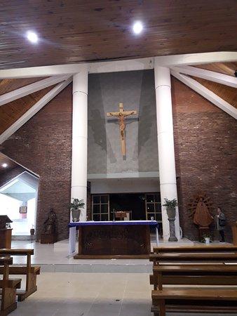 San Bernardo del Tuyu, Argentina: Templo San Bernardo. Altar con obra El Milagro, del pintor Raúl Tomesek.