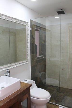 Baños y duchas  bastante amplias.