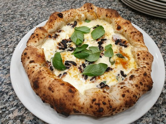 Novità ASSOLUTAAAAAAAA!!!!!! Pizza NOCINA,  bordo ripieno di bocconcini di bufala,  basilico è crema di noci...... sulla base, basilico,  bo
