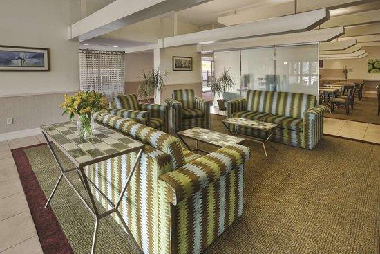La Quinta Inn & Suites by Wyndham Danbury: Lobby
