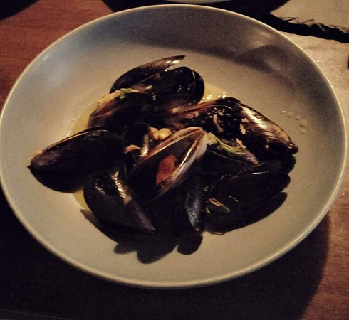 Boilerhouse Kitchen & Bar: Delicious Mussels (the broth hadn't been poured over them yet as we shared)