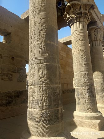 Philae Tapınağı: hieroglyphic / pictographic reliefs even on pillars of Temple of Isis at Philae. Some of them are in very good condition..