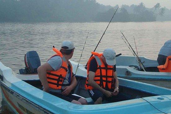 在Balapitiya河的河钓鱼一日游