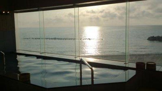 海を眺めながら温泉