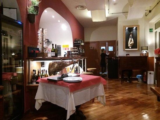 Patanegra Boccadasse: Particolare della sala con banco bar, cassa, accesso alle cucine e tavolo da norcino