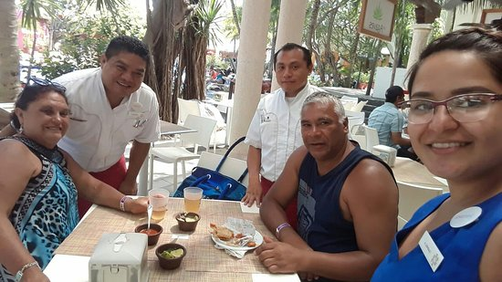 Tacos y tortas. Un gran agradecimiento x su atención a Gabriela, César, y Enrique. Un abrazo. Gracias Cancún 👏👏💙💛💙!!!
