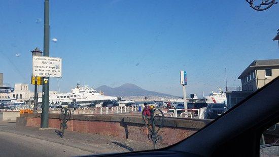 Nápoly tartomány, Olaszország: La settima porta della città  con il Vesuvio che ti accoglie..benvenuti al porto
