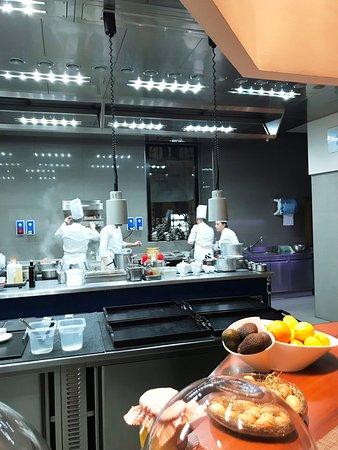 La cucina con la brigata al lavoro