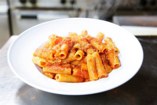 Amatriciana ricetta tradizionale ed ingredienti selezionati : passata Mutti e guanciale di Amatrice