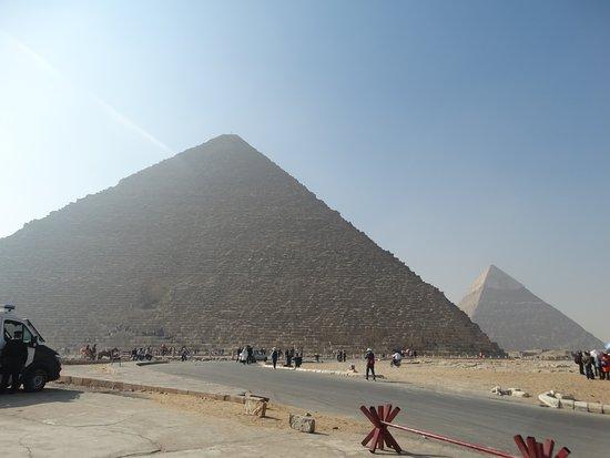 Giza, Mısır: De grote piramide (gebouwd door Cheops) met daarachter die van zijn zoon Chefren