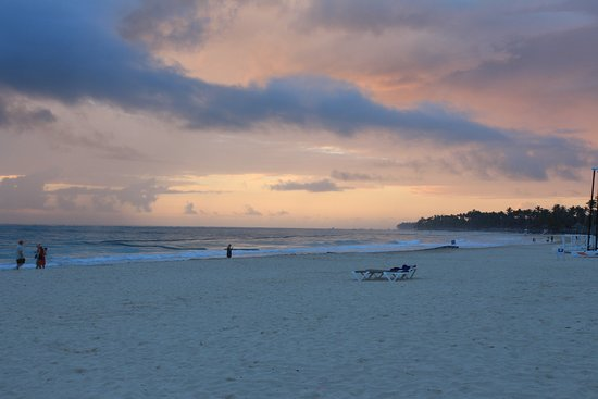 Caribe Deluxe Princess: Nous arrivons du Caribe Club Princess Beach Resort & Spa.. Très belle plage - Quelques algues au début du séjour mais apres quelques jours, plus rien. Le tout est ramassé a chaque matin par l'hôtel - Bonne bouffe - Le seul bémol est de devoir réservé les palapas très tot le matin...