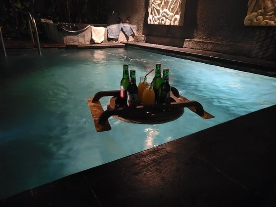 Legian Kriyamaha Villa: Beer in the pool