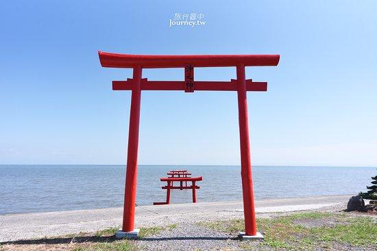 Tara-cho, ญี่ปุ่น: 佐賀縣南部的太良町也有一座海上鳥居「大魚神社」,特別的是,大魚神社的鳥居有別於其他縣市的鳥居僅單一座,是足足放置了三座海上鳥居在有明海上。