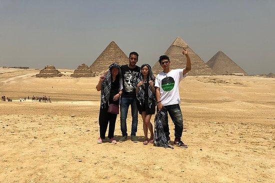 ギザ、スピンクス、サッカー、メンフィスのピラミッドへの一日ツアー