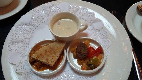 bloemkoolsoep met Hollandse garnaaltjes pitabrood met curry balletje olijven met salsa
