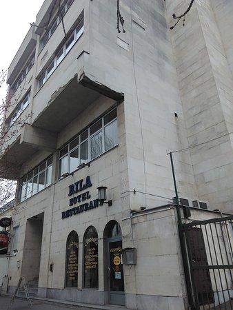 Rila Hotel: главный фасад, слева к отелю примыкает какое-то общественное здание, сзади автостоянка