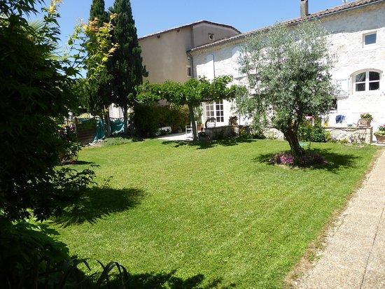 Etablissement côté jardin depuis séjour cuisine à partager