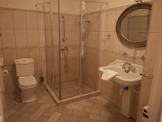 Hattonchatel Chateau: Salle de bain de la chambre Mathilde de Flandre