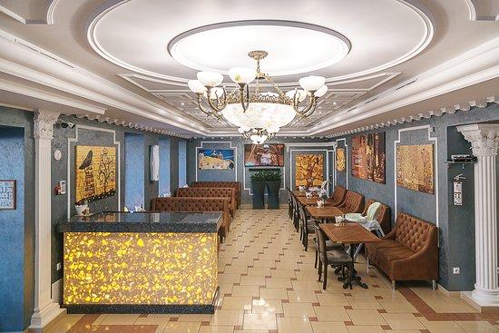 В ресторане два зала, акустика   позволяет в любом уголке равноценно слушать музыку и смотреть видеоклипы.