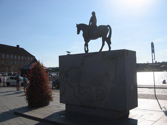 Statuen sett mot slottet