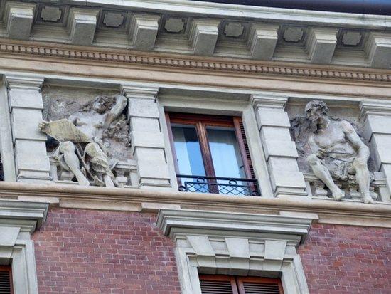 Casa Bottelli: Le sculture all'ultimo piano