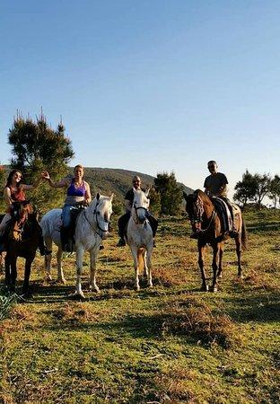 Mougas, España: Foto en una de las rutas con la profesora del picadero, la dueña de uno de los caballos, el Dueño del Picadero y otro dueño de un caballo. (de izquierda a derecha)