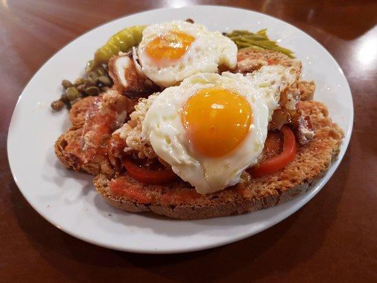 Restaurante Es Llogaret: Pa amb oli de bogavante con huevos fritos. Es Llogaret bar restaurant. El mejor pa amb oli de Mallorca.