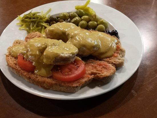Restaurante Es Llogaret: Pa amb oli de rape con salsa de marisco. El mejor pa amb oli de Mallorca. Es Llogaret bar restaurant.