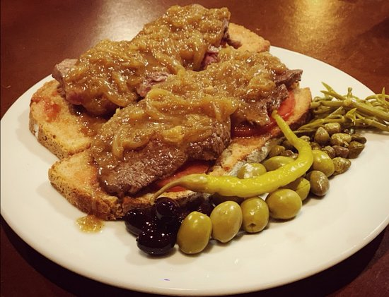 Restaurante Es Llogaret: Pa amb oli de ternera con cebolla caramelizada. Es Llogaret bar restaurant.