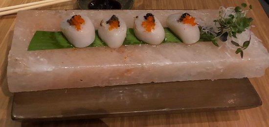 TATÁ Sushi: Vieira trufada na pedra de sal.