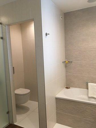 salle de bain avec douche et baignoire en chambre sup vue mer
