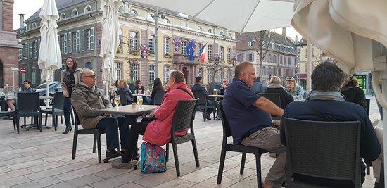 Aux Trois Maillets: Un aperçu de la terrasse sur la place d'Armes, avec la Mairie en toile de fond ..