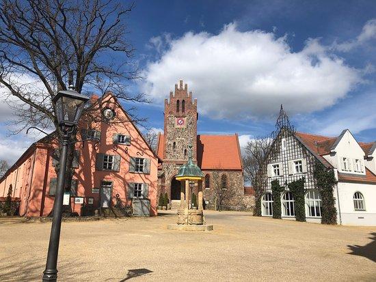 """Der """"Dorfplatz"""" des Gutes, mit Kirche und Museum"""