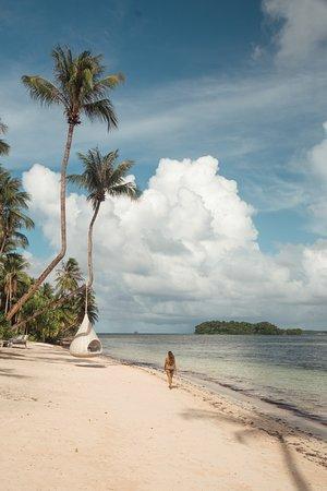 Filippinerna: Caminando por la playa de Malinao, en Siargao. Si quieres saber más sobre esta isla filipina, aquí tienes la guía más detallada: https://www.viajarporfilipinas.com/guia-de-siargao/
